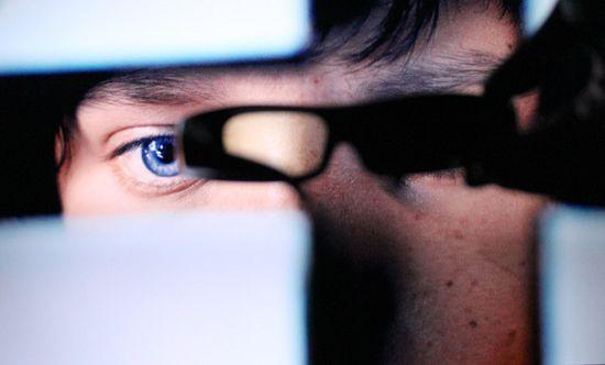 Открыта линза левого глаза