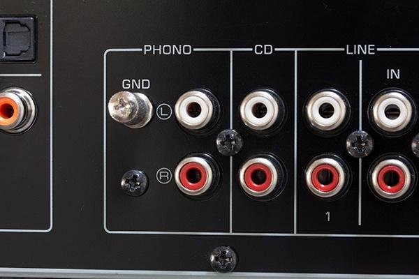 В середине – Phono-вход с клеммой заземления