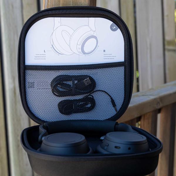 Наушники Surface Headphones 2 можно сложить и убрать в прилагаемый чехол для переноски
